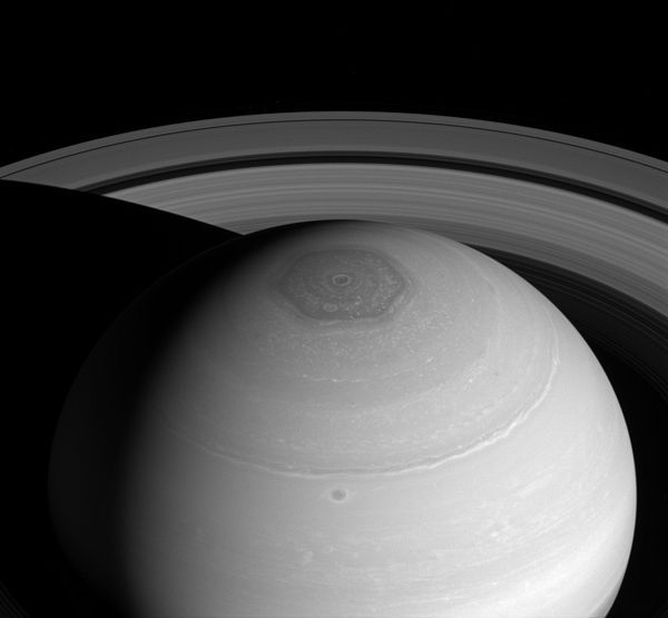 600px-pia18274-saturn-northpolarhexagon-cassini-20140402